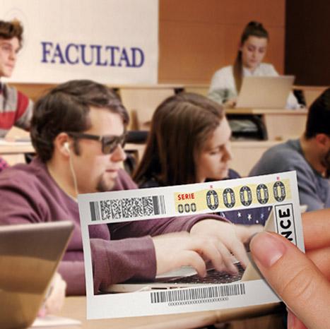 Estudiante en un aula con portatil utilizando JAWS. En primer plano una mano sosteniendo un cupón, con la misma imagen a modo de fotografía.